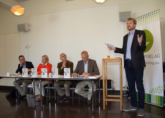 LANSERING: Debattboken Kristendom og Politikk ble lansert med en debatt på Litteraturhuset i Oslo. (f.v.) Torkil Åmland (FrP), Janne Haaland Matlary (H), Rolf Kjøde (KrF), Johan Edvard Grimstad (Sp) og redaktør for boken Espen Ottosen. FOTO: Ingunn Marie Ruud, KPK